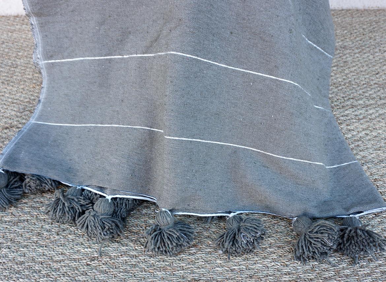 plaid pompon en coton taupe rayures argent grande. Black Bedroom Furniture Sets. Home Design Ideas
